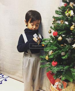 花を保持している小さな男の子の写真・画像素材[1680471]