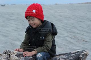 岩の上に座っている小さな男の子の写真・画像素材[1680489]
