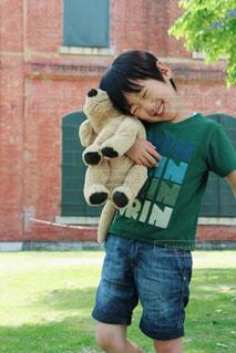 草の上に立っている小さな男の子の写真・画像素材[2099158]