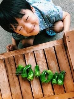 木製のまな板の上に座っている小さな子供の写真・画像素材[2332332]