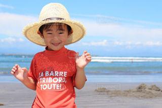 水域の隣に立っている少年の写真・画像素材[2332355]