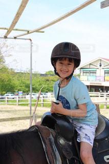 馬に乗る若者の写真・画像素材[2333991]