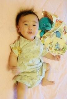 ベッドに座っている赤ん坊の写真・画像素材[2333997]