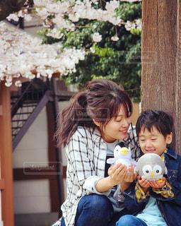 赤ん坊を抱いている女性の写真・画像素材[2379495]