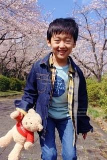 テディベアを持つ小さな男の子の写真・画像素材[2419384]