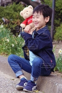 テディベアを持つ少年の写真・画像素材[2419408]