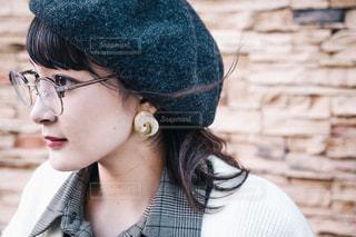 帽子と眼鏡を身に着けている女性 - No.855681