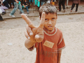 砂の中に立っている小さな男の子の写真・画像素材[773031]