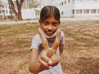 草の中に立っている少女の写真・画像素材[773033]