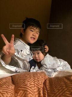 少年とベッドに座っている女の子の写真・画像素材[754319]