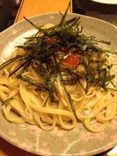 肉と野菜とパスタのプレートの写真・画像素材[782065]