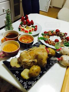 テーブルの上に食べ物のプレートの写真・画像素材[782090]