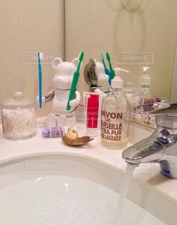 クマさんに歯ブラシを手渡された。の写真・画像素材[797872]
