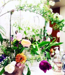 お花がいっぱいのシンクの写真・画像素材[798006]
