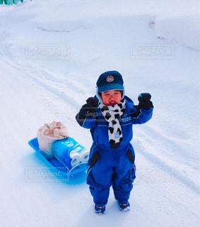 子ども,冬,雪,屋外,白,マフラー,帽子,北海道,子供,寒い,幼児,手袋,トイレットペーパー,男の子,ホワイト,雪道,お手伝い,ソリ,おつかい,男児,スノーウェア,北国,エリエール