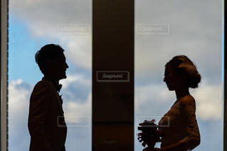 看板の前に立っている人のカップルの写真・画像素材[1228115]