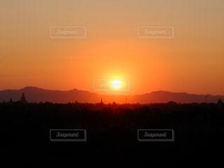 背景にオレンジ色の夕日 - No.977859