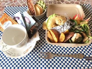 テーブルの上に食べ物のプレートの写真・画像素材[756534]