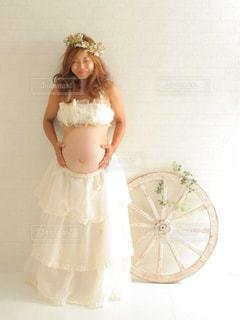カメラにポーズ鏡の前に立っている女性の写真・画像素材[904641]