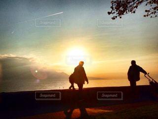 日没の前に立っている男の写真・画像素材[960137]