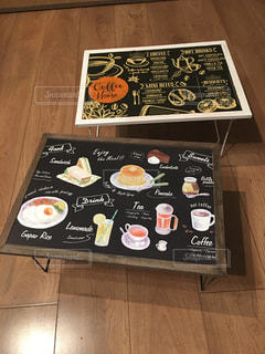 テーブルの上のチラシのスタックの写真・画像素材[815125]