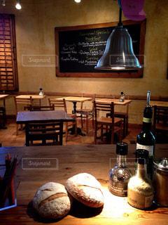 テーブルの上にワインのボトルの写真・画像素材[902824]