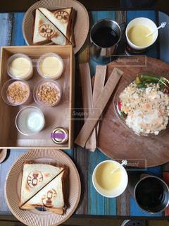 さまざまな朝食用食品はテーブルに座っています。の写真・画像素材[1167664]