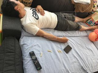ソファで眠っている人々 のグループの写真・画像素材[1251737]