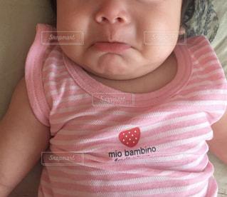 女の子の赤ん坊を保持 - No.853853