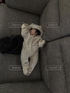 ソファーに座っている赤ちゃん - No.909343