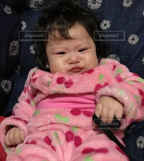 女の子の赤ん坊を保持 - No.925083