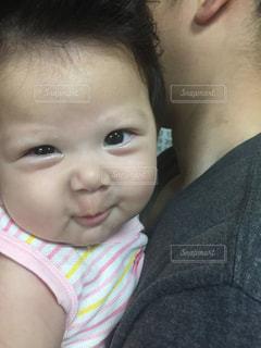 近くに赤ちゃんのアップの写真・画像素材[955785]