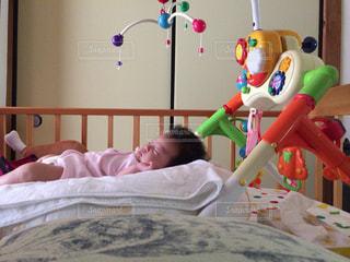 ベッドの上で横になっている少女 - No.1007859