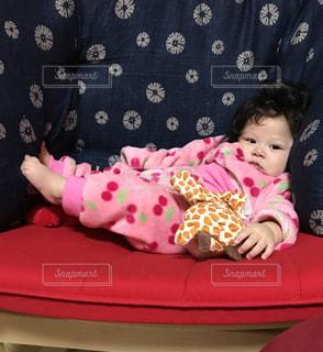 近くに赤ちゃんのアップの写真・画像素材[1230833]