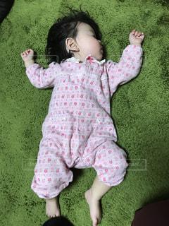 テディベアを保持している小さな女の子の写真・画像素材[1230876]