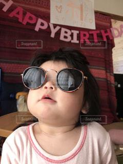 少し少女の眼鏡をかけての写真・画像素材[1233314]