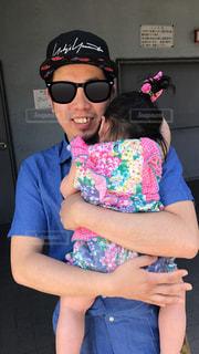 赤ん坊を持っている人の写真・画像素材[1253268]