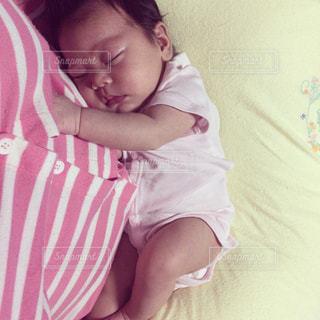 赤ちゃんのベッドの上で横になっています。の写真・画像素材[1263052]