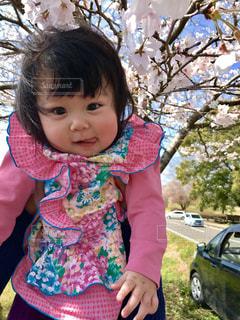 女の子の赤ん坊を保持の写真・画像素材[1263083]