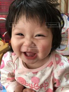 女の子の赤ん坊を保持の写真・画像素材[1387586]