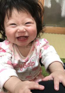近くに赤ちゃんを保持している人のの写真・画像素材[1387588]
