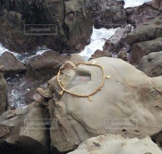 近くに大きな岩のアップの写真・画像素材[1395070]