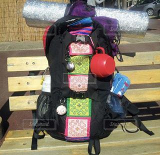 ベンチの上に座って荷物のバッグの写真・画像素材[1404000]