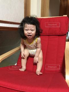 ベッドの上に座っている少女の写真・画像素材[1448494]