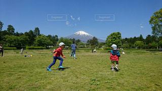 フィールドでサッカーを再生する人々 のグループの写真・画像素材[1215700]