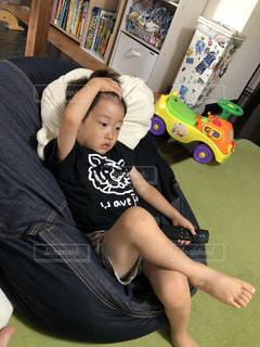 若い男の子が床に横たわっています。の写真・画像素材[1332717]