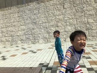 歩道上に立って若い男の子の写真・画像素材[1379059]