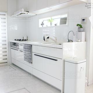 白にこだわったキッチンの写真・画像素材[1019701]