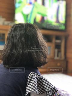 屋内,後ろ姿,少女,家,人物,人,後姿,テレビ,姪っ子,TV,雨の日