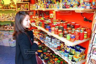 店の前に立っている女の子の写真・画像素材[709963]